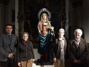 Hijas de Jesús presentes en el acto de presentación de la talla, junto al escultor