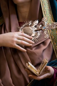 Detalle del corazón y devocionario, atributos que porta la talla.