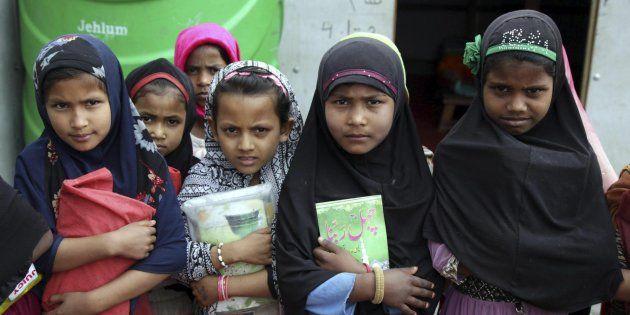 GUP05 JAMMU (INDIA), 19/06/2017.- Fotografía de archivo fechada el 21 de febrero de 2017, que muestra a varias niñas musulmanas de la etnia rohingya mientras sostienen sus libros religiosos en una madrasa, escuela islámica, en un campo de refugiados a las afueras de Jammu Jammu (India). La Agencia de Naciones Unidas para los Refugiados (ACNUR) expresó hoy, 19 de junio de 2017, en su Informe Mundial de Tendencias de desplazamiento forzado que realiza anualmente y que presenta la víspera del Día Mundial del Refugiado, que el número de personas en el mundo forzadas a abandonar su hogar a causa de la guerra, la violencia y la persecución alcanzó su máximo histórico en 2016, con más de 65,6 millones de desplazados en su propio país o sobreviviendo en una nación extranjera. EFE/Jaipal Singh